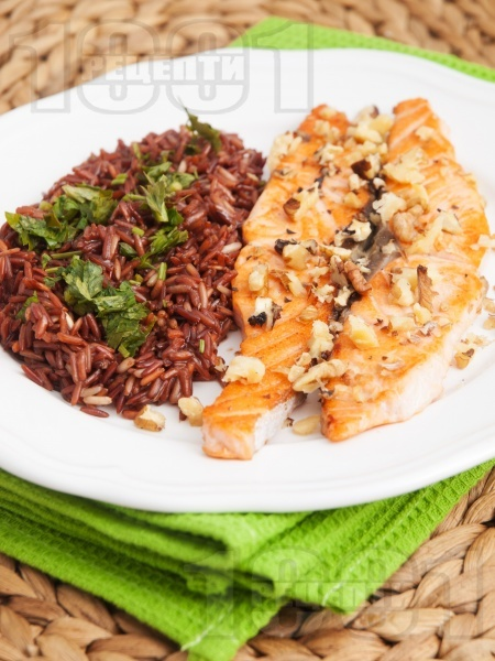 Печена сьомга на тиган без мазнина с орехи и гарнитура от червен ориз - снимка на рецептата